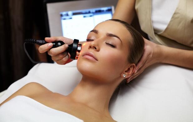 Limpieza facial con ácido hialurónico o tratamiento antiedad