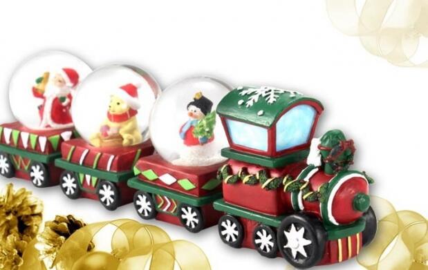 Decorativo tren con bolas de Navidad