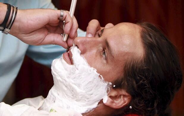 Afeitado a navaja o corte de pelo