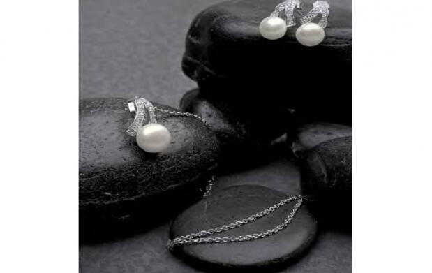 Conjunto de plata, con perlas y circonitas
