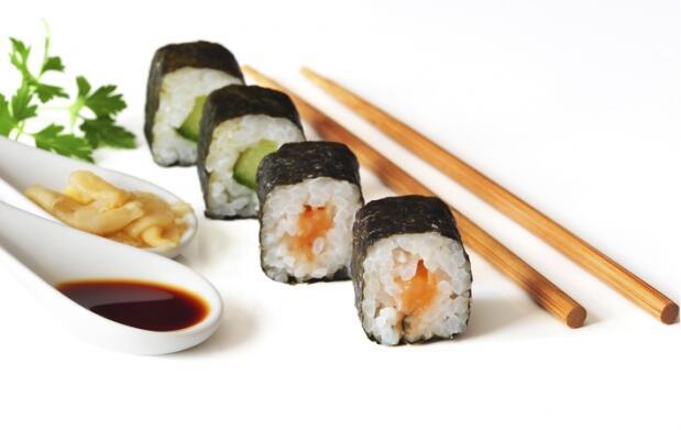Barra libre de sushi con sopa miso y bebida