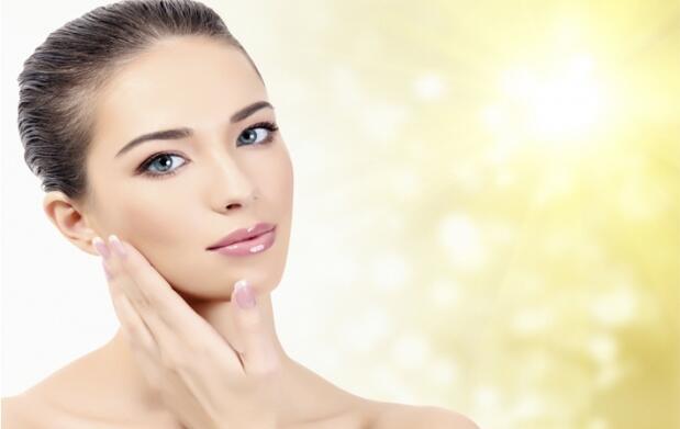 Peeling facial con ultrasonidos, ácido hialurónico y vitamina C