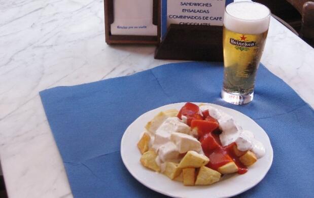 Caña y ración de patatas en La Arena