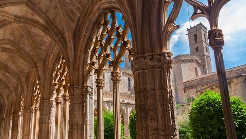 4 noches de Hotel Class Valls 4* + Cenas +  Port Aventura + Visita a Bodega con degustación + Visitas a Monasterios y más
