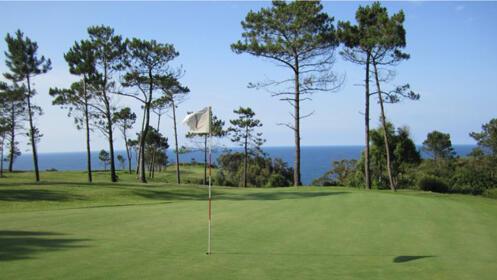 Juega al golf en Luarca: Green Fee de 9 hoyos