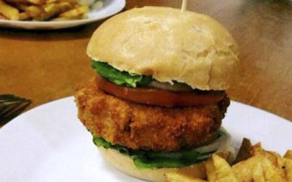 Menú de hamburguesa de pollo con patatas, croquetas, un riquísimo postre y bebida
